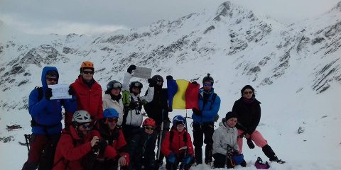 Primul alpinist român care a ajuns pe Everest a protestat în vârf de munte