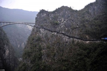 Foto: http://www.dailymail.co.uk/news/peoplesdaily/article-2991471/New-route-inaccessible-Chinese-mountain-set-open-tourists-beware-1500ft-drop.html