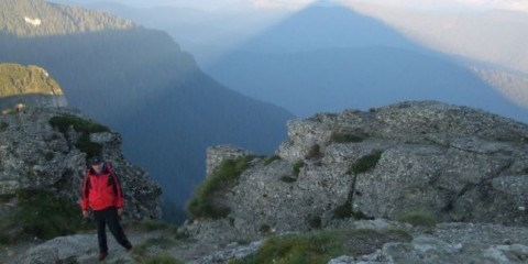 Foto: http://adevarul.ro/locale/piatra-neamt/video-piramida-holografica-fenomenul-inexplicabil-muntele-ceahlau-explicatii-stiintifice-ritualul-unic-urcare-muntele-sacru-romanilor-1_54e6272b448e03c0fdc860ab/index.html#gallery_currentImage