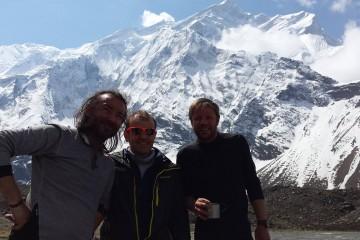 De la stanga la dreapta: Cristian Tzecu, Maurizio Folini (pilotul elicopterului) si Zsolt Torok (Foto: torok.ro)