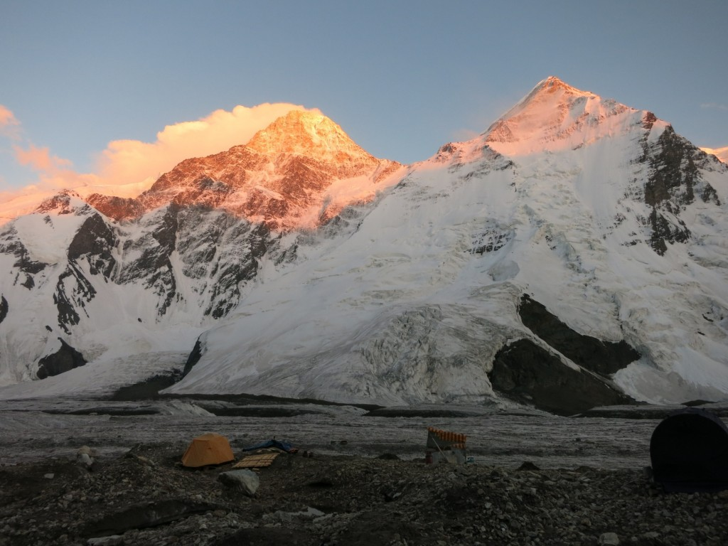 Khan Tengri (7.010 m), la granița dintre China, Kyrgyzstan și Kazakhstan. Foto: Vit Orava